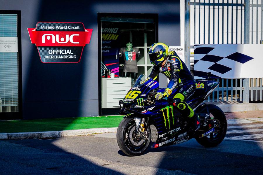 Valentino Rossi con la sua Yamaha a passeggio nella Rider's Land