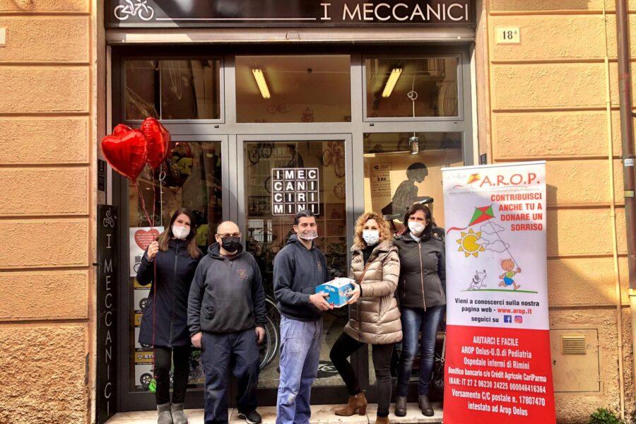 """""""I Meccanici di Rimini"""" per AROP – Ad Arop i fondi raccolti gonfiando le ruote delle biciclette"""